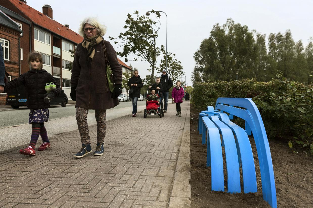 Jeppe Hein: Blue Modified Social Bench, 2013. Den Blå Planet